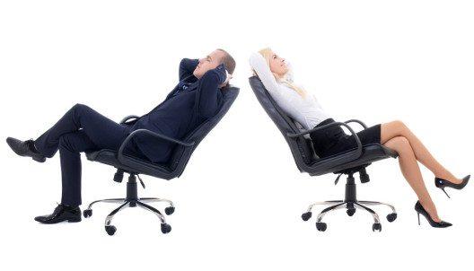 Ein optimaler Bürostuhl unterstützt das dynamische Sitzen. (Bild: Di Studio – Shutterstock.com)