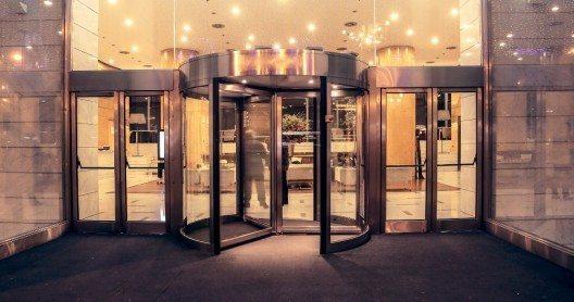 Leitsysteme und Absperrungen werden auch in Hotels eingesetzt. (Bild: © olly - fotolia.com)