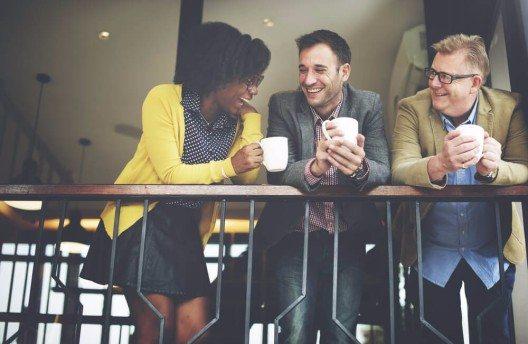 Kaffee hilft der Kommunikation auf die Sprünge und verbindet somit Menschen. (Bild: © Rawpixel.com - shutterstock.com)