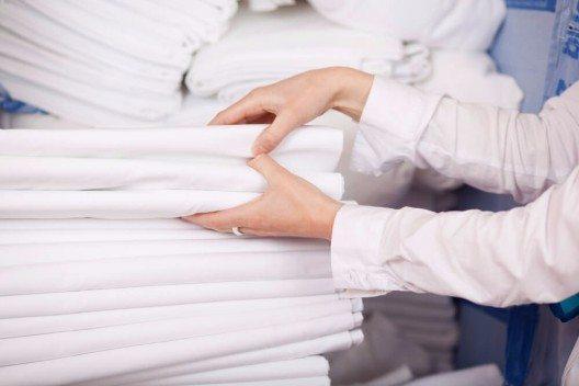 Erster Arbeitsschritt ist die Abholung der Wäsche beim jeweiligen Hotel oder Industriebetrieb. (Bild: © racorn - shutterstock.com)