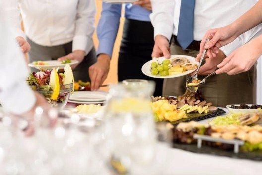 Damit das leibliche Wohl während der Betriebsfeier nicht zu kurz kommt, sollte eine transportable Bar oder ein üppiges Catering nicht fehlen. (Bild: © CandyBox Images - shutterstock.com)