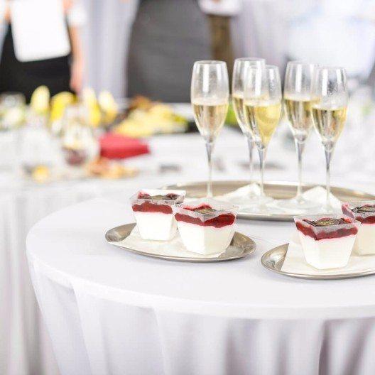 Stehtische mieten – ein kleiner Alleskönner für betriebliche Feiern (Bild: © CandyBox Images - shutterstock.com)