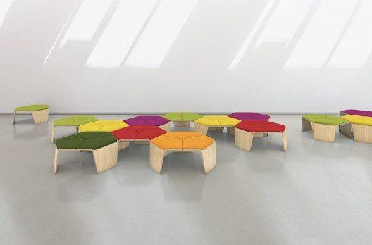 Wegen seiner sechseckigen Form kann der Dreisitzer hoc zu wabenartigen Strukturen kombiniert werden. (Bild: Brunner GmbH)