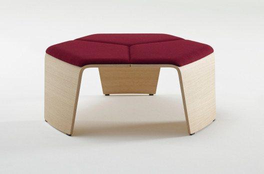 Auffälligstes Merkmal sind die aus Formholz gefertigten Beine, die sich mit elegantem Schwung zur Sitzfläche zusammenfügen. (Bild: Brunner GmbH)