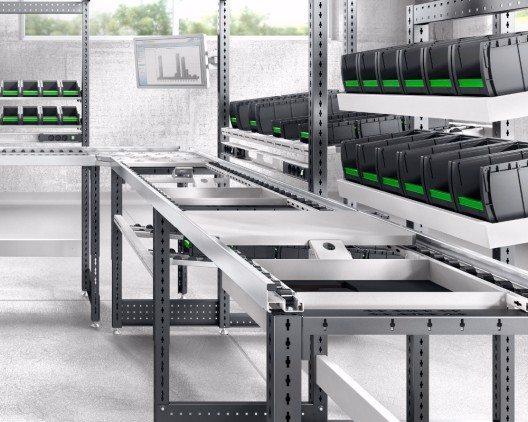 avero Fertigungslinie mit Monitorhalter und bottBoxen zum Bereitstellen des Materials