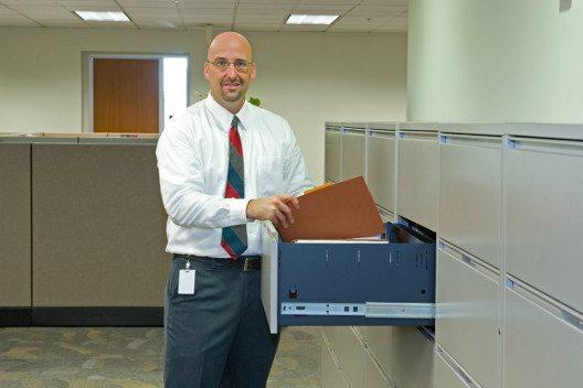 Der Aktenschrank aus Metall ist die gute Alternative zum offenen Regal. (Bild: Chad McDermott – Shutterstock.com)