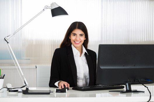 Die richtige Arbeitsplatzbeleuchtung wirkt sich positiv auf die Motivation. (Bild: Andrey_Popov – Shutterstock.com)
