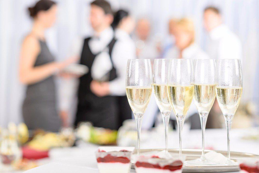 Reicht die betriebliche Ausstattung für die Feier aus? (Bild: © CandyBox Images - shutterstock.com)