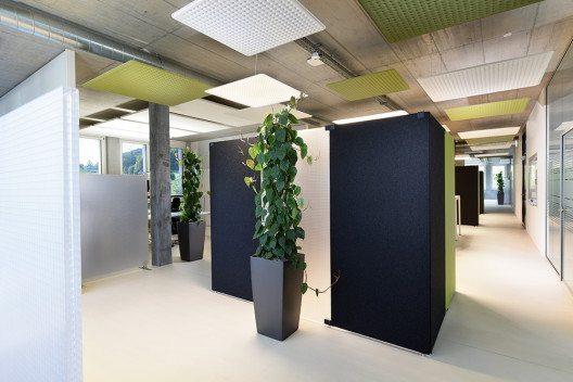 Die Büroetagen sind mit Modul Q Project LED-Pendelleuchten, Rossoacoustic PADs sowie den Rosso-acoustic Paneelen TP30 Wool und CP30 ausgestattet. (Bild: © Nimbus)