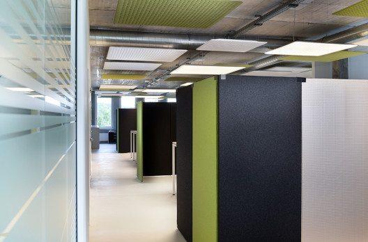 Mit den leichten Akustikpaneelen TP30 entstanden optisch abgegrenzte Bereiche für Garderobe, Kopiergeräte und Büromaterial. (Bild: © Nimbus)