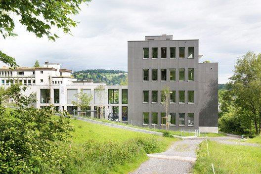 Der 'Neubau Ost' am Hauptsitz der IBG B. Graf AG Engineering in St. Gallen ist der jüngste von drei miteinander verbundenen Gebäudeteilen. (Bild: © Nimbus)