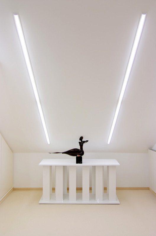 Einbaudownlight ELLA 05, Deckenleuchte: Die perfekte Beleuchtungslösung für schräge Wände, der problemfreie Einbau ist möglich dank der geringen Einbautiefe von 25 mm und des Gipskarton-Fertigteils, das als Zubehör erhältlich ist. (Bild: © aristob.com)