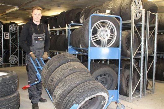 600 Sätze lagert das Autohaus Hentze jährlich ein. Wenn die Reifenwechsel-Saison beginnt, sind die Reifenwagen und -karren von fetra eine große Hilfe beim Transport. (Bild: fetra)