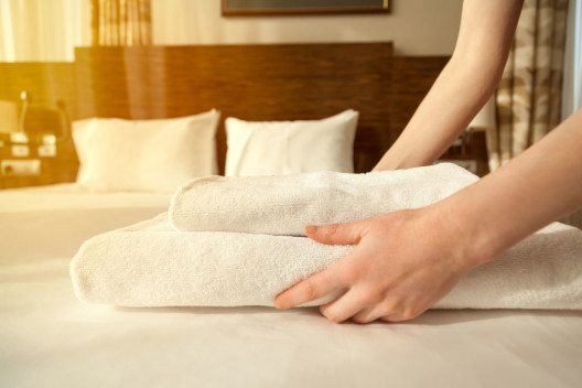Im Hotelgewerbe fallen Tag für Tag diverse Einzelartikel an, die richtig gereinigt werden müssen. (Bild: Fizkes – Shutterstock.com)