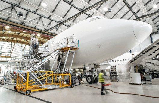 Sicherer Flugzeug-Check mit Tail-Dock und spezieller Wartungstreppe von ZARGES. (Bild: ZARGES)
