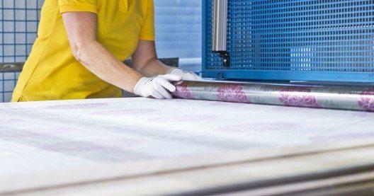 Zwei verschiebbare Prägetische ermöglichen effizientes Herstellen der Folien. (Bild: © MULTIFILM®)