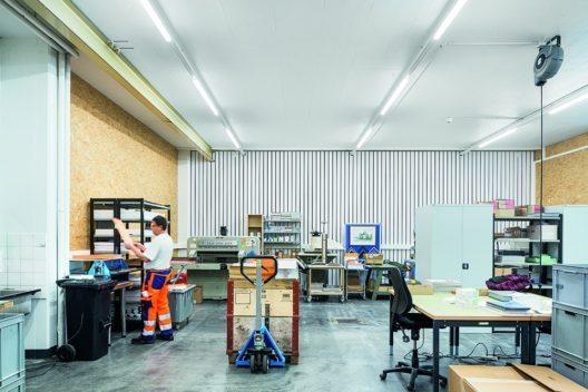 Das Lichtbandsystem TECTON schafft eine normgerechte Arbeitsplatzbeleuchtung. (Bild: © Zumtobel)