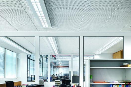 Das Licht an Arbeitsplätzen trägt entscheidend zur Gesundheit, Zufriedenheit und Leistung von Mitarbeitern bei. (Bild: © Zumtobel)