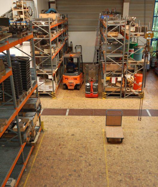 Die Momentlasten durch den Staplerverkehr können dem Holzpflaster GE aus Kiefer nichts anhaben. (Bild: Fachverband Holzpflaster/OPW Oltmanns & Willms)