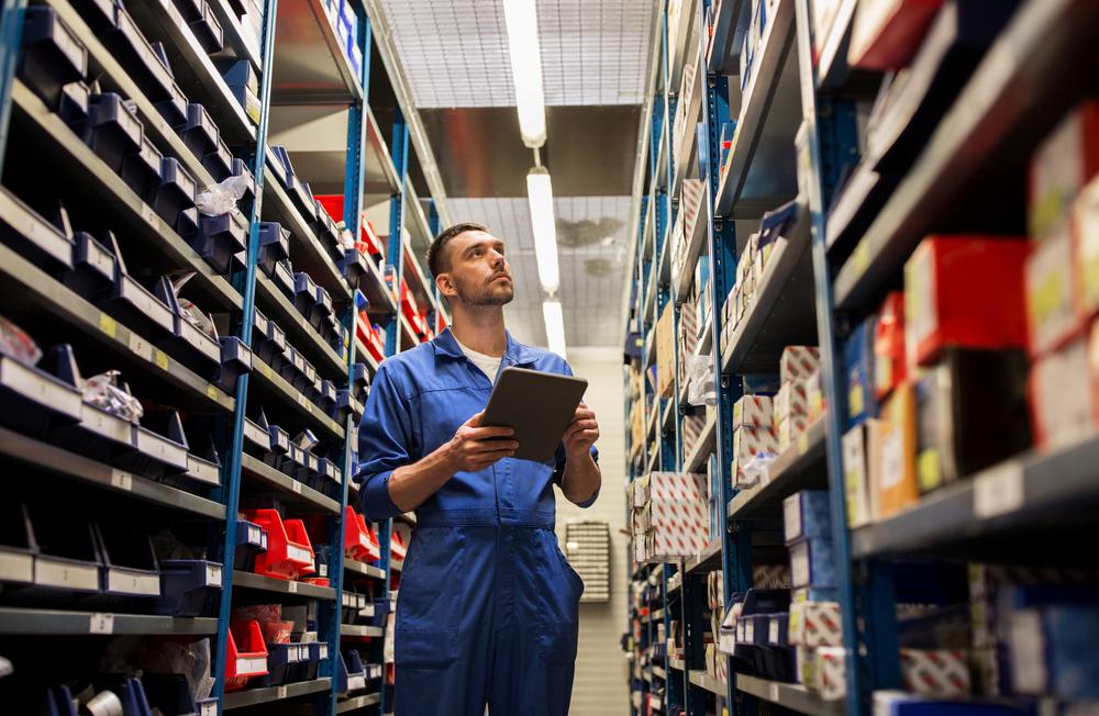 Passende Regale für die Werkstatt (Bild: Syda Productions - shutterstock.com)