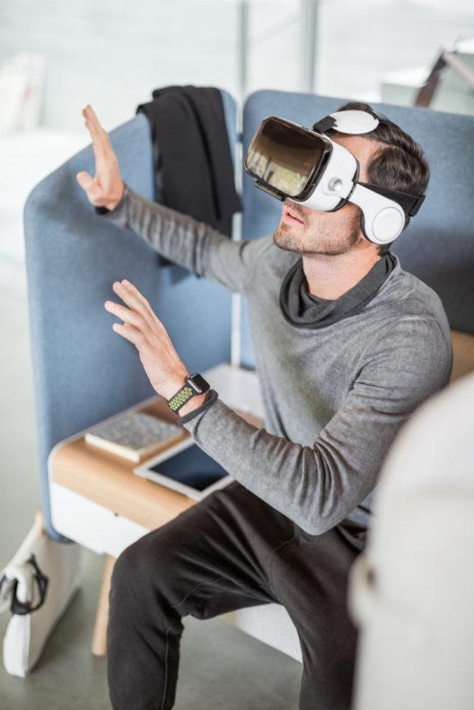 Virtual Reality wird in Zukunft eine Rolle in der Büroarbeit spielen.