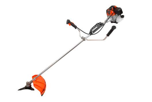 Rasenpflege mit einer Motorsense (Bild: Michael Cyran - shutterstock.com)