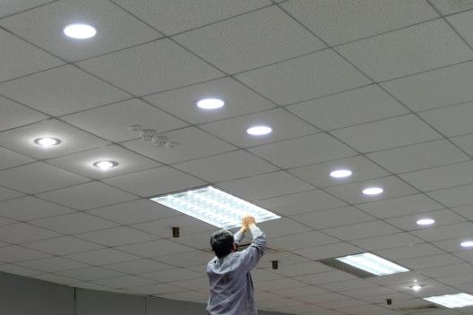 Am Arbeitsplatz braucht es genügend Licht. (Bild: naThidaporn - shutterstock.com)