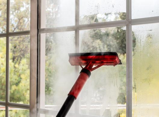 Mehr Komfort beim Fensterreinigen (Bild: cunaplus - shutterstock.com)