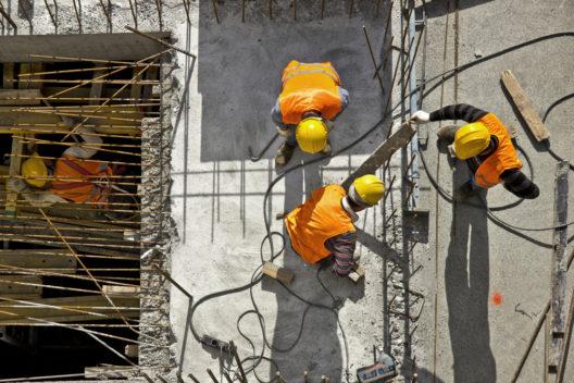 Auch auf der Baustelle hören Menschen gerne Musik (Bild: © Mr Ucarer - shutterstock.com)