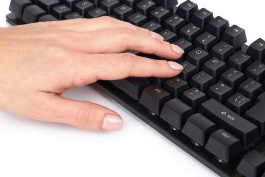 Bequeme Computerarbeit mit einer mechanischen Tastatur (Bild: Slava_kovtun - shutterstock.com)