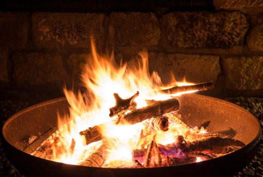 Eine Feuerschale sorgt für stimmungsvolle Momente. (Bild: juhe-IdeeID - shutterstock.com)