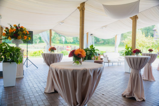 Schöne Stehtische erfreuen die Gäste. (Bild: Andrey Nastasenko - shutterstock.com)