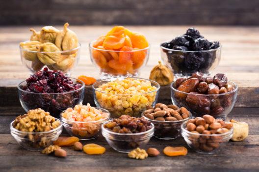 Manche Früchte werden besonders gerne getrocknet - und zusammen mit Nüssen gegessen. (Bild: © pilipphoto - shutterstock.com)