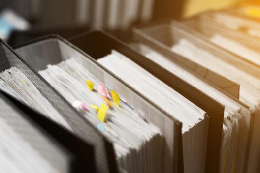 Im Büro keine Langeweile aufkommen lassen (Bild: JUNESAMA – shutterstock.com)