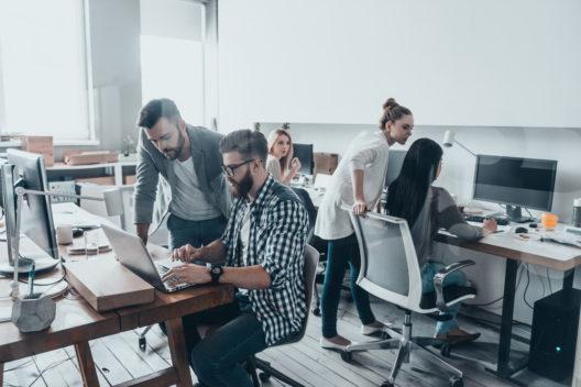 Moderne Bürokonzepte für ein positives Arbeitsklima (Bild: G-Stock Studio - shutterstock.com)