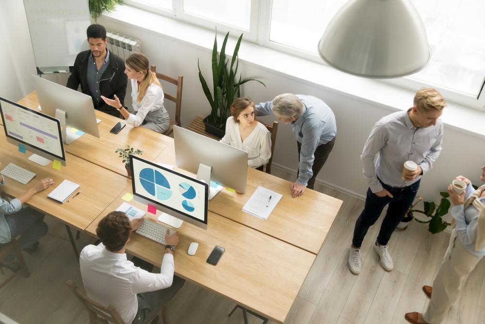 Desk sharing wird von Menschen praktiziert