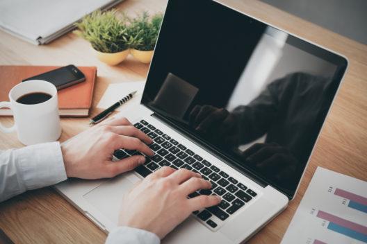 Mehr Zeit fürs Geschäft dank Buchhaltungssoftware (Bild: G-Stock Studio - shutterstock.com)